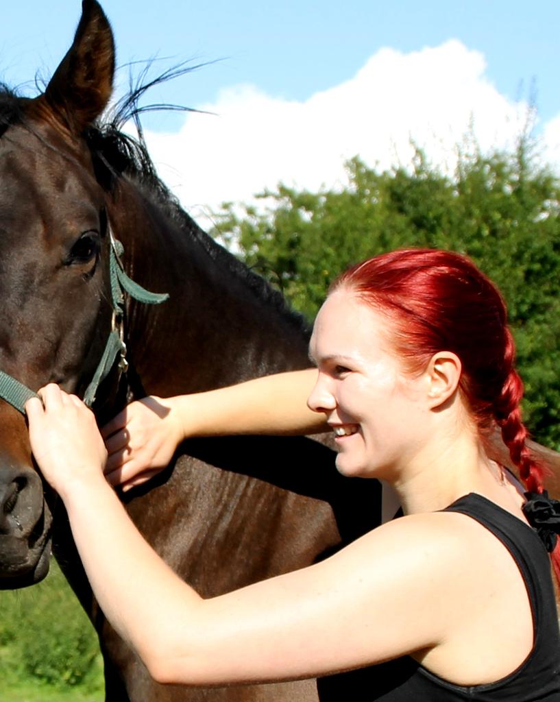 Kiropraktik til dyr. Veterinær kiropraktik. Kiropraktik til din hest eller pony. Kiropraktik til pony. Kiropraktik til hest. Trine Ahlmann Hansen laver kiropraktik på hest fra Dyrenes beskyttelse i Roskilde internat. Kiropraktik af dygtig dyrlæge. Udannet dyrlæge med efteruddannelse i veterinær kiropraktik. Få kiropraktik til din hest af dygtig dyrlæge og dyrekiropraktor. Afhjælp kroniske problemer i din hest med kiropraktik udført af kompetent dyrlæge. Afhjælp kroniske problemer i din pony med kiropraktik udført af dygtig dyrlæge. Undgå symptombehandling med kiropraktik til dyr. Gå direkte til sagens kerne og behandler problemet. Få den rigtige behandling med veterinær kiropraktik udført af dygtig dyrlæge. Får min hest symptombehandling? Hvordan undgår jeg symptombehandling? Er behandlingen rigtig? Den rigtige behandling? Behandl årsagen til symptomerne med kiropraktik til din hest eller kiropraktik til din pony. Undgå symptombehandling, behandl årsagen til symptomerne med veterinær kiropraktik til dyr af dygtig dyrekiropraktor. Sørg for optimal bevægelighed af rygsøjlen. Hvordan sørger jeg for optimal bevægelighed af rygsøjlen? Er min hests rygsøjle bevægelig? Optimal bevægelighed af ryghvirvler med kiropraktik til din hest. Optimal bevægelighed af ryghvirvler med kiropraktik til din pony udført af dygtig dyrlæge og dygtig dyrekiropraktor. Sørg for optimal funktion af nervesystemet med veterinær kiropraktik til dyr. Fungerer min hests nervesystem korrekt? Fungere min ponys nervesystem korrekt? Afhjælp smerter i ryggen med kiropraktik til din hest af dygtig dyrlæge og dyrekiropraktor. Giv din hest den bedste behandling. Giv din pony den bedste behandling. Funktionel behandling med kiropraktik til din hest. Kiropraktik til pony er en funktionel behandlingsform. Hvad er en funktionel behandling? Holistisk behandling med kiropraktik til dyr. Kiropraktik til dyr er en holistisk behandlingsform. Hvad er en holistisk behandling? Er kiropraktik holistisk? Er kiropraktik f